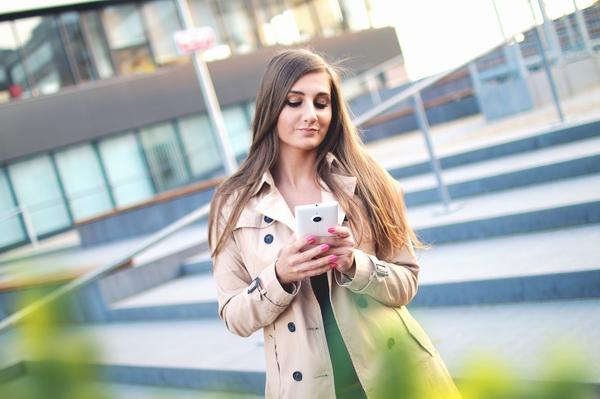 Kobieta ze smartfonem - pożyczki nowości